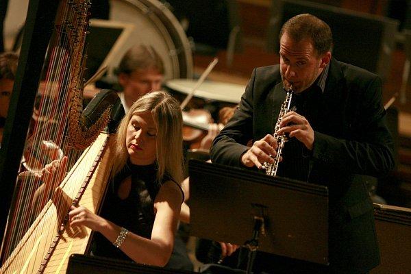 Jihočeská komorní filharmonie ukázala při skladbě Witolda Lutoslawského, jak rozšířit obzory publika. Na snímku harfenistka Kateřina Englichová a hobojista Vilém Veverka.