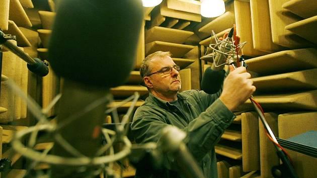 Zvukový mistr Roman Kamba ve studiu.