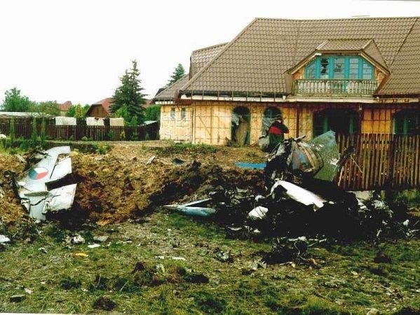 Trosky stíhačky, která dopadla poblíž rozestavěného rodinného domku vČeském Vrbném.