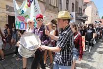 Centrem Českých Budějovic prošel tradiční majálesový průvod.
