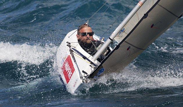 VE VLNÁCH. Handicapovaný jachtař Daniel Bína zdolává vlny na své speciálně upravené lodi v Palmě na Mallorce.
