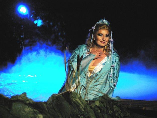 Poslední dceru Vodníka zpívala před českokrumlovským Otáčivým hledištěm pěvkyně Eva Urbanová.
