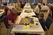 DUEL. FIDE mistr Václav Finěk při partii s mezinárodním velmistrem Petrem Neumanem, která skončila remízou