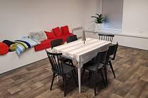 Bývalý sklad ČČK je přebudován na univerzální místnost, která nyní umožňuje poskytovat službu Teplá židle bezdomovcům.