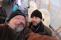 Fotoreportér Deníku Jaroslav Sýbek a jeho kamarád sochař Petr Fidrich (zleva) při sochání z ledu na akci Sněhové království v Rožnově pod Radhoštěm.