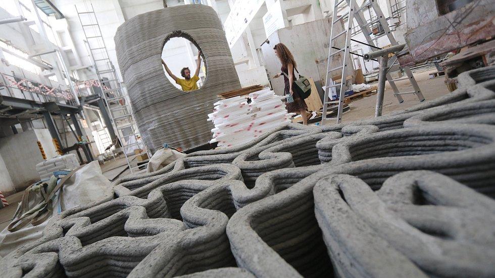 Sochař Trpák staví robotem betonový dům.