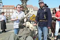 """Dřevěná socha Švejka """"slouží"""" v Č. Budějovicích už více než rok."""