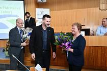 Ocenění za celoživotní práci v oblasti bezpečnosti silničního provozu získala Liběna Flachsová. Předal jej krajský radní Jiří Švec.