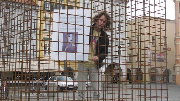 Místo sochy Ježíška je od pátka v jedné z klecí na budějovickém náměstí Přemysla Otakara II. cedule. Text popisuje, jak vandalové zničili dílo Světlany Jelenové, která se zapojila do akce Umění ve městě.