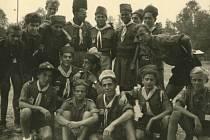 Celý svět byl zastoupen v roce 1947 na skautském jamboree, které se konalo ve Francii ve městě Moison severně od Paříže. Na snímku jsou budějovičtí skauti s dalšími účastníky. Kroje jsou prakticky stejné, pokrývky hlavy ale svědčí o mezinárodním setkání.