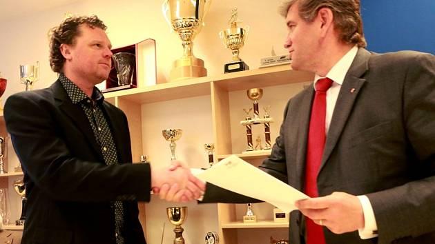 Prezident ČEZ Motoru Roman Turek (vlevo) s ředitelem Budějovického Budvaru Jiřím Bočkem.