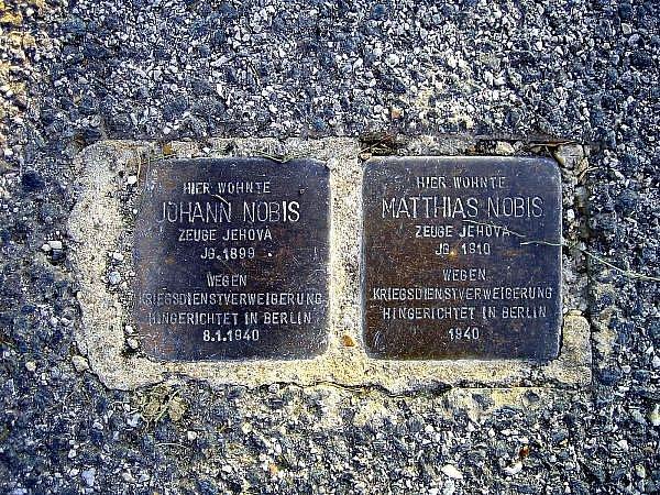 K památce obětí se v Braunau lidé skloní.