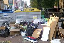 Neoprávněně odložený komunální odpad u kontejnerů na tříděný odpad na Palackého náměstí v Českých Budějovicích.