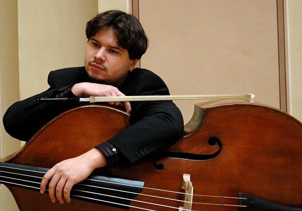 Několik Jihočechů, členů České filharmonie, si zahrálo při turné orchestru vUSA ve slavné Carnegie Hall. Zážitkem bylo isetkání sdojatými krajany. Na snímku kontrabasista Petr Ries.