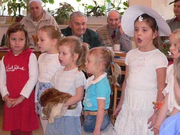 Děti z MŠ Čéčova přednesly seniorům z penzionu v Nerudově ulici vánoční písničky.
