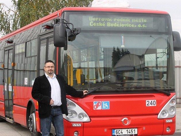 Pověřený ředitel českobudějovického dopravního podniku Slavoj Dolejš u jednoho z pěti nových autobusů.
