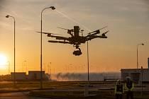 Téměř 14 hodin létal kolem jedné z pomocných budov Jaderné elektrárny Temelín speciální dron.