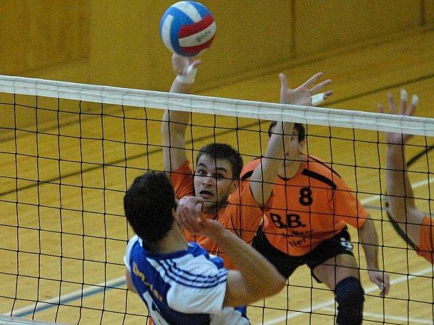 Volejbalisté EGE nestačili na hosty z Prahy především v obraně především v prvním utkání.  Blokař Miroslav Kozák se snaží ubránit útok soupeře.