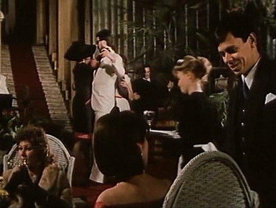 Záběr z filmu Muka obraznosti. V Alšově jihočeské galeriie se natáčela dlouhá scéna s večírkem. V dalších záběrech je pak vidět zimní zahrada