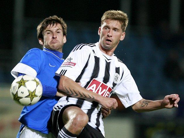 Richard Kalod v zápase Dynama s Vlašimí (0:0) bojuje s hostujícím Jiřím Petrů.