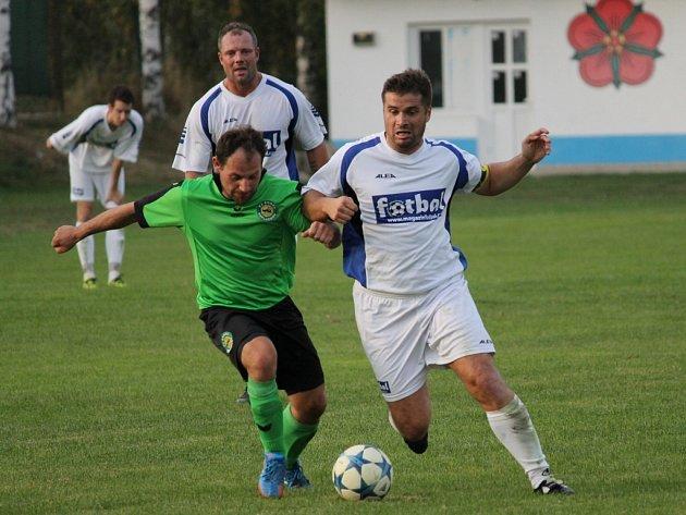 Exligový Jan Gruber (vpravo) při podzimním utkání vDolním Bukovsku proti Neplachovu.