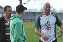 Hrající trenér a kapitán Rudolfova B Aleš Novák (vpravo) přispěl k vítězství dvěma góly, jeho tým vede přebor.