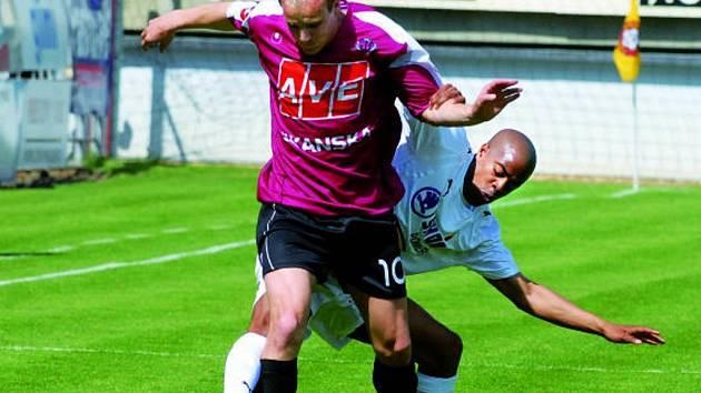 Pavel Mezlík, jenž na snímku uniká Sylvestremu)  začal aktivně, pro zranění ale odehrál jen půl hodiny.