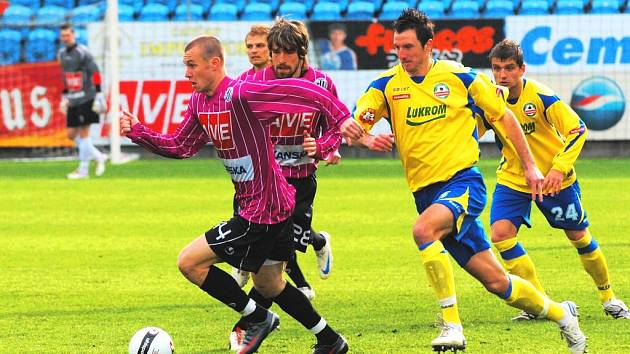Tomáš Stráský (na snímku uniká Kročovi) si proti Zlínu zahrál v základu, a byť gól nedal, nezklamal.