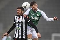 Fotbalisté Dynama hráli v sobotu v Jablonci 2:2. Na snímku Petr Javorek ve vzdušném souboji s jabloneckým Pilařem.