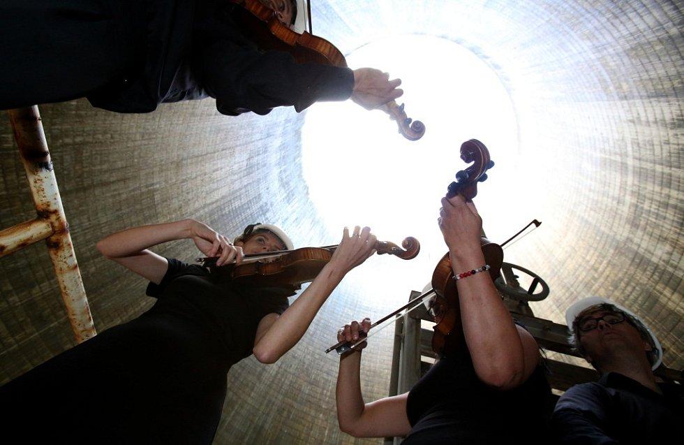 Kvarteto Jihočeské filharmonie zahrálo 20. června v chladicí věži Jaderné elektrárny Temelín. Zazněly skladby Mozarta, Debussyho a Dvořáka. Počasí bylo značka ideál.