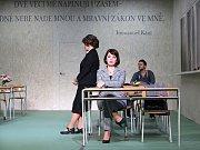 Boj rodičů s třídní učitelkou zachycuje hořká komedie Úča musí pryč!, kterou nově uvádí Jihočeské divadlo. Na snímku Daniela Bambasová a Věra Hlaváčková.