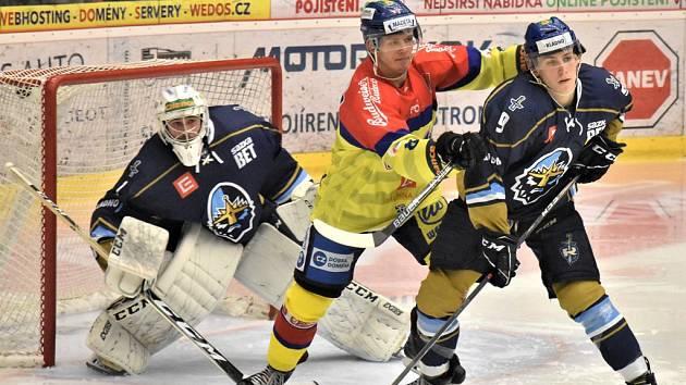 Václav Karabáček (ve žlutém) si dělá prostor před kladenskou brankou.