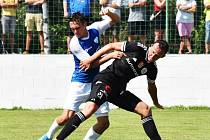 Martin Šplíchal (vlevo atakuje Matěje Valentu) si na Složišti zahrál za Táborsko proti Dynamu, odkud k Jordánu šel.