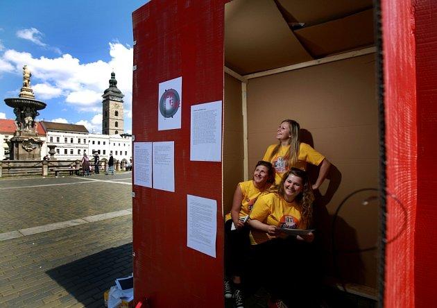 VČeských Budějovicích začal třídenní festival Literatura žije. Na náměstí se vimprovizované knihovně rozdává na 7000knih. Na snímku jedna ze tří zážitkových literárních budek na náměstí.