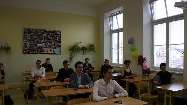 Studenti Gymnázia J.V. Jirsíka. Ilustrační foto.