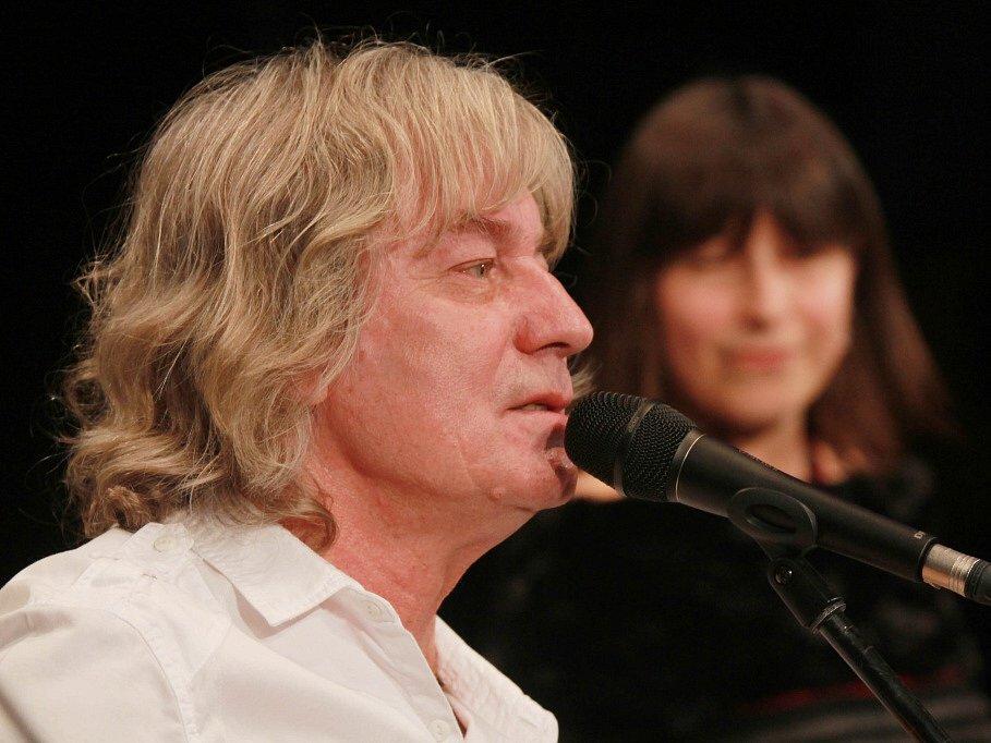 Pocta skupině Minnesengři, kteří vznikli před 45 lety, se odehrála 14. listopadu 2013 v českobudějovickém DK Metropol. Na snímku Žalman, v pozadí Michaela Hálková.