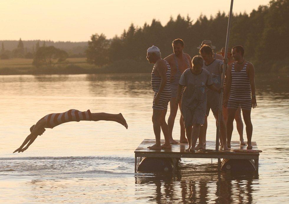 V úvodu koncertu plavci v pruhovaných plavkách okusili vodu ze Světa.