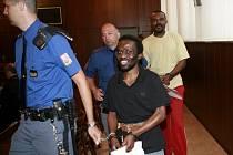 Dva z obžalovaných na cestě k soudu.