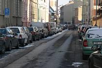 Parkování v budějovické Riegrově ulici před zavedením modrých zón mimo historické centrum.