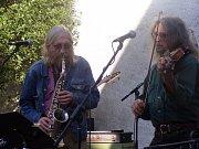 EXPRESIVNÍ SAXOFON. Legenda undergroundu Plastic People of the Universe si konečně v sobotu zahráli v rudolfovském sále Na Americe. Vpravo saxofonista s vizáží mudrce Vratislav Brabenec.