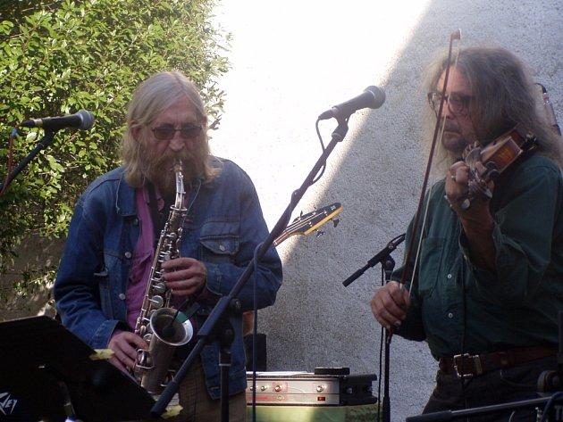 Vratislav Brabenec (vlevo) a Jiří Kabeš hráli na dvoře  Alšovy galerie ve Wortnerově domě.