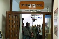 Fronta na registraci aut na českobudějovickém magistrátu.