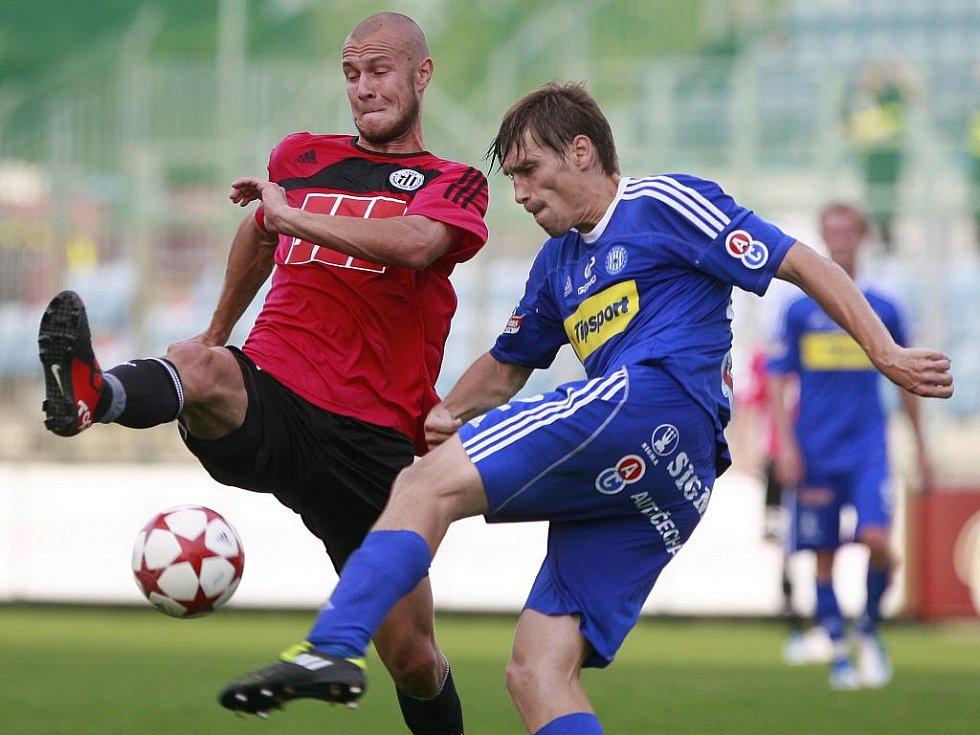 Smolař zápasu Tomáš Stráský v souboji s olomouckým Škerlem.