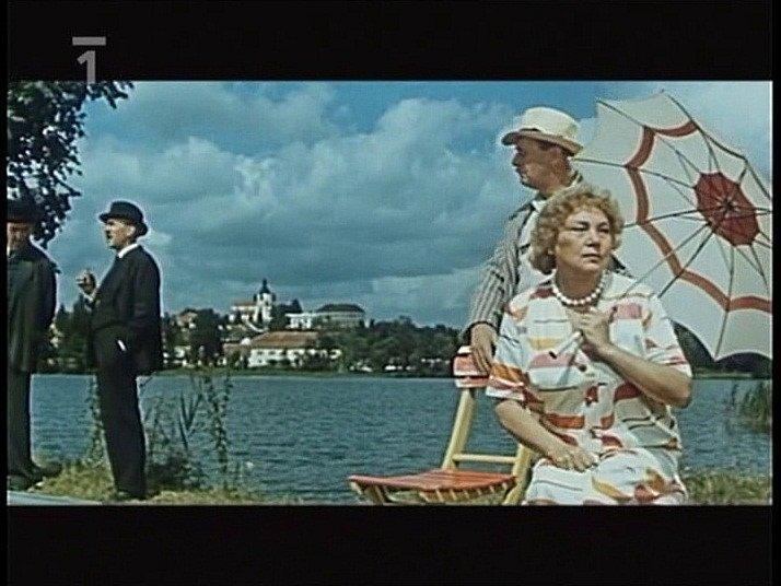 Záběr z filmu Srpnová neděle, který se natáčel v Chlumu u Třeboně. Domorodci a lufťáci u vody. Zleva František Filipovský, Bohuš Záhorský, Jiřina Šejbalová. Vzadu Chlum