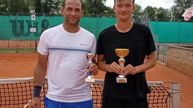 Finalisté turnaje mužů: vpravo vítěz Evžen Holiš, vlevo druhý Karel Vesecký.