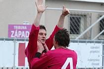 Mladíci Zdeněk Ondrášek a Milan Nitrianský se radují z Ondráškova gólu na 2:0.