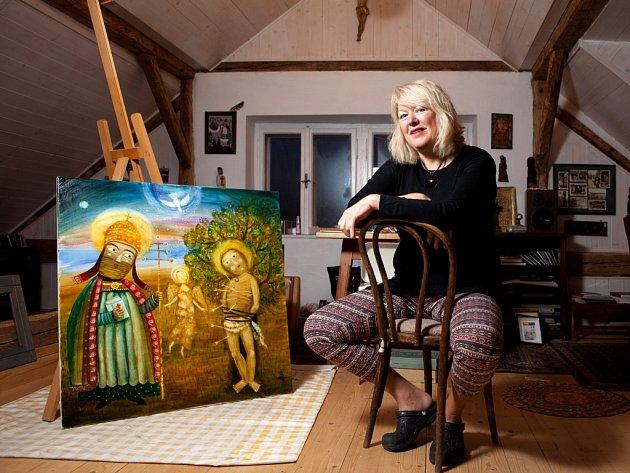 Malířka Renata Štolbová (58) dokončila mimořádný obraz a po letech se změsta přestěhovala na vesnici, do Holubova pod Kletí.