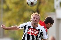 V zápase Dynama s Plzní domácí Peter Černák bojuje o míč s plzeňským Rezkem.