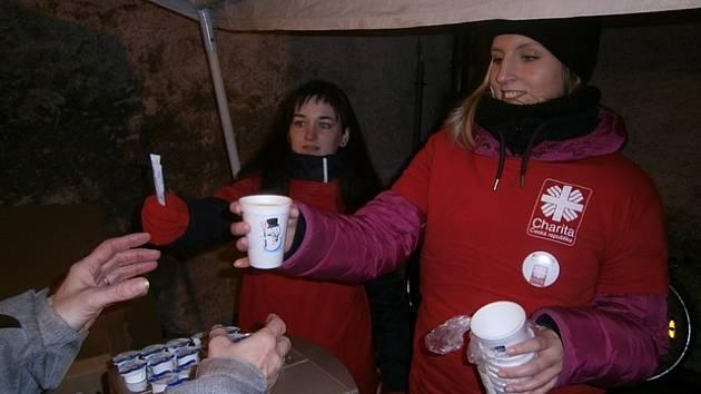 Terezie Bukovská (vzadu) a Michaela Kubatová vaří kávu.
