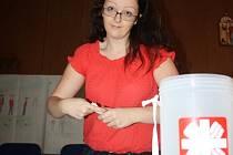 Obsah některých kasiček, do nichž lidé přispívali v rámci Tříkrálové sbírky, včera s kolegy počítala pracovnice Městské charity České Budějovice Kristýna Koutská.